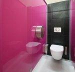 toaleta z różową ścianą